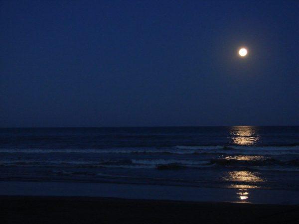 La luna sobre el mar