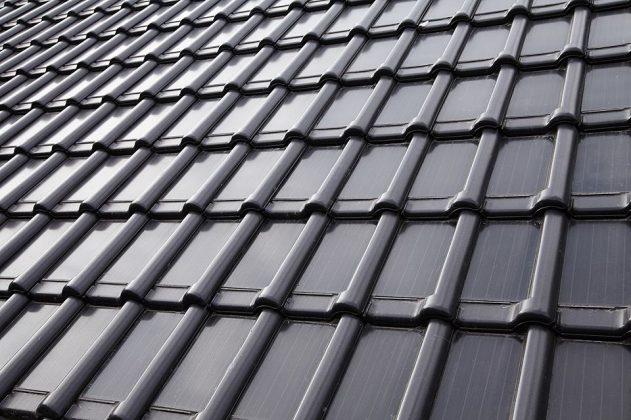 Empresa desenvolve telhas cerâmicas integradas com placas solares
