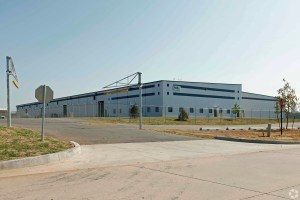 Monmouth Real Estate Investment Corp. owns many distribution centers that are leased to FedEx, including this one in Oklahoma City. (CoStar)