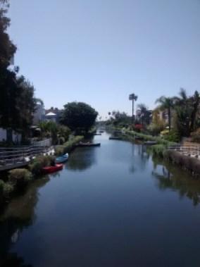 Así se ven los canales pavimentados y rodeados de casas que alguna vez fueron un humedal en Venice, CA.