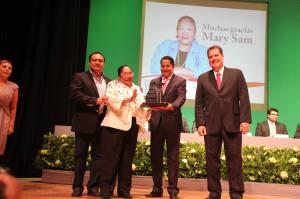 El presidente entregó las Llaves de la Ciudad a doña Mary Sam, por su trayectoria a favor de los sectores poblacionales más desprotegidos de Coatzacoalcos.