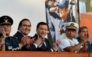 La decisión que Veracruz capacitara a los elementos policiacos de Apatzingán, zona de conflicto, ocurrió cuando el Gobernador Javier Duarte se reunió  junto con el secretario de Gobernación, Miguel Ángel Osorio Chong, en la graduación de más de 600 policías bajo Nuevo Modelo Policial estatal.