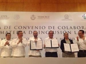 En firma de convenio laboral, el Secretario de Trabajo y Previsión Social reconoce la administración del gobernador Javier Duarte que tiene clara visión de futuro y de lo que el estado de Veracruz representa para el país