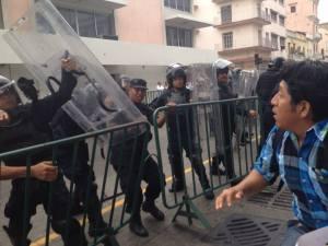 Los maestros intentaron atravesar las vallas de seguridad, fueron repelidos por policías.