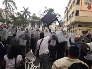 Los docentes manifestantes agredieron a granaderos cuando intentaron cercarlos.