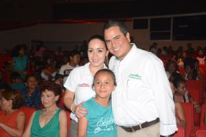 El alcalde Joaquín Caballero y la primera dama del DIF municipal, Cristina Cházaro de Caballero, iluminaron los rostros de muchos niños con sonrisas.