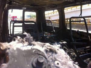 El vehículo quedó calcinado por completo. (Fototeca)