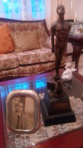 Su hermana guarda en la sala de su casa, el principal legado de Juan Manuel Torres: un Ariel.