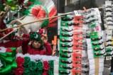 Aspectos de la venta de artículos conmemorativos en alusión al Grito de Independencia en las calles del Centro Histórico de la Ciudad de México.