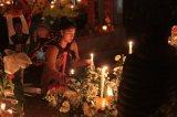 EUM20191101SOC38.JPG PÁTZCUARO, Mich. Tradition/Tradición-Día de Muertos.- 1 de noviembre de 2019. Aspectos de la tradición de visitar el panteón para recibir a los difuntos de acuerdo a la costumbre purépecha en la ribera del lago de Pátzcuaro. Foto: Agencia EL UNIVERSAL/EELG