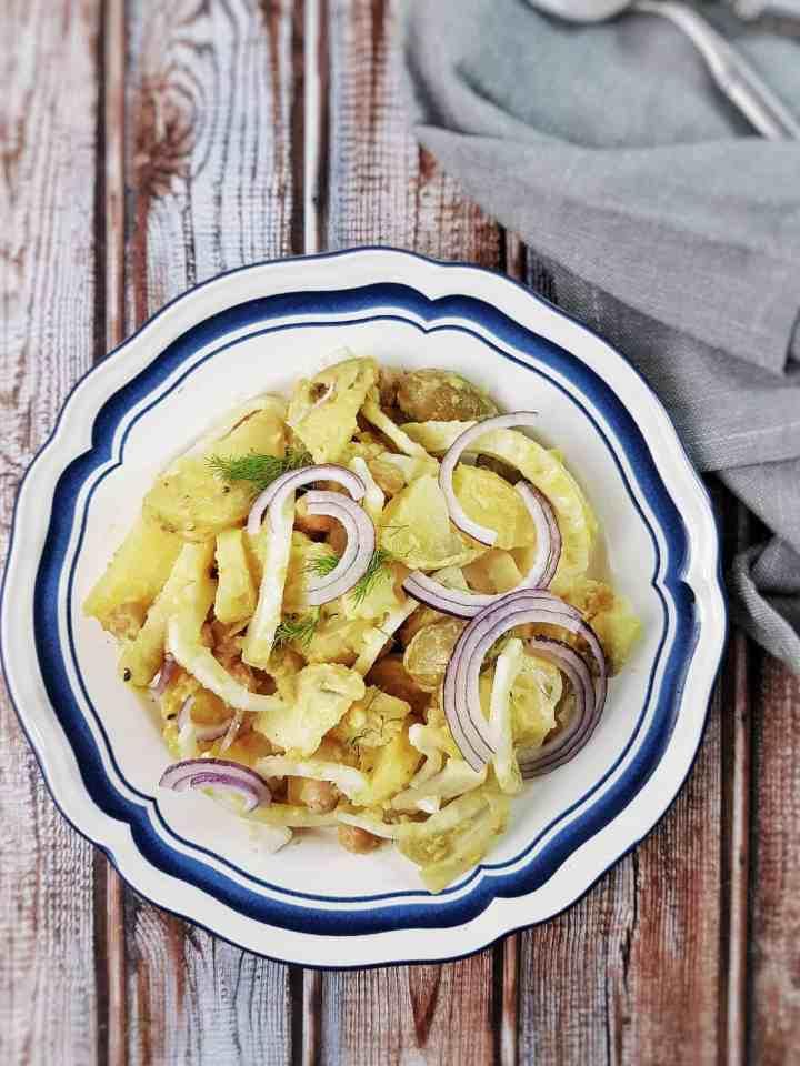 Salată de cartofi cu năut, măsline verzi și curry