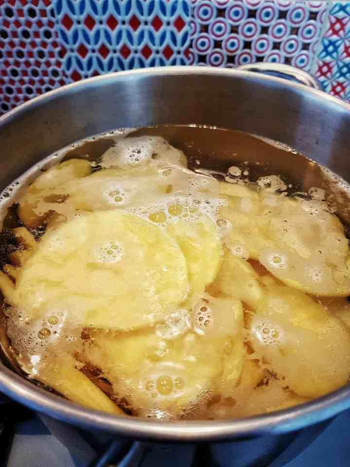 Doradă cu chipsuri de cartof