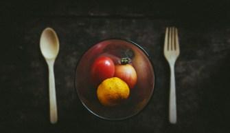 manger des pommes sur table