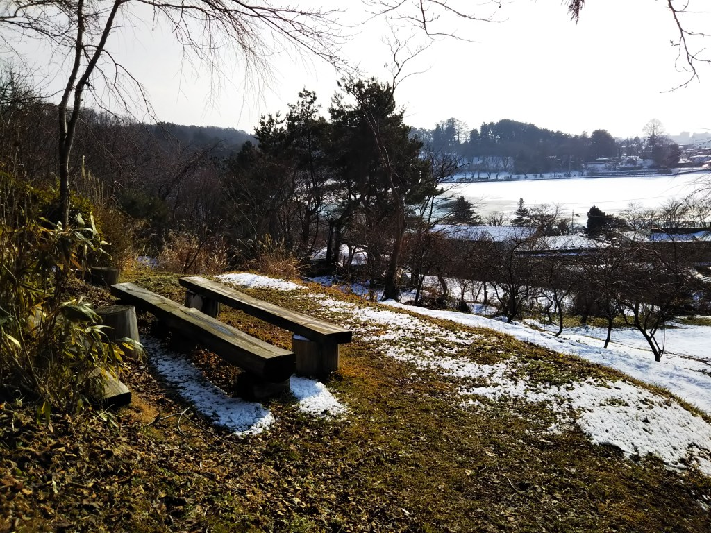 トロリン村ベンチから見下ろす高松の池