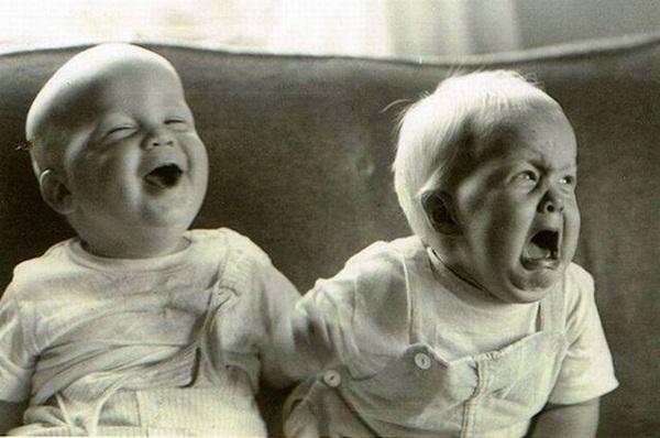 un bébé qui rit et un bébé qui pleure