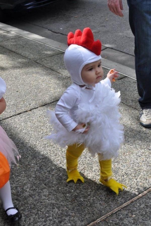 un bébé se déguise en poulet pour l'Halloween