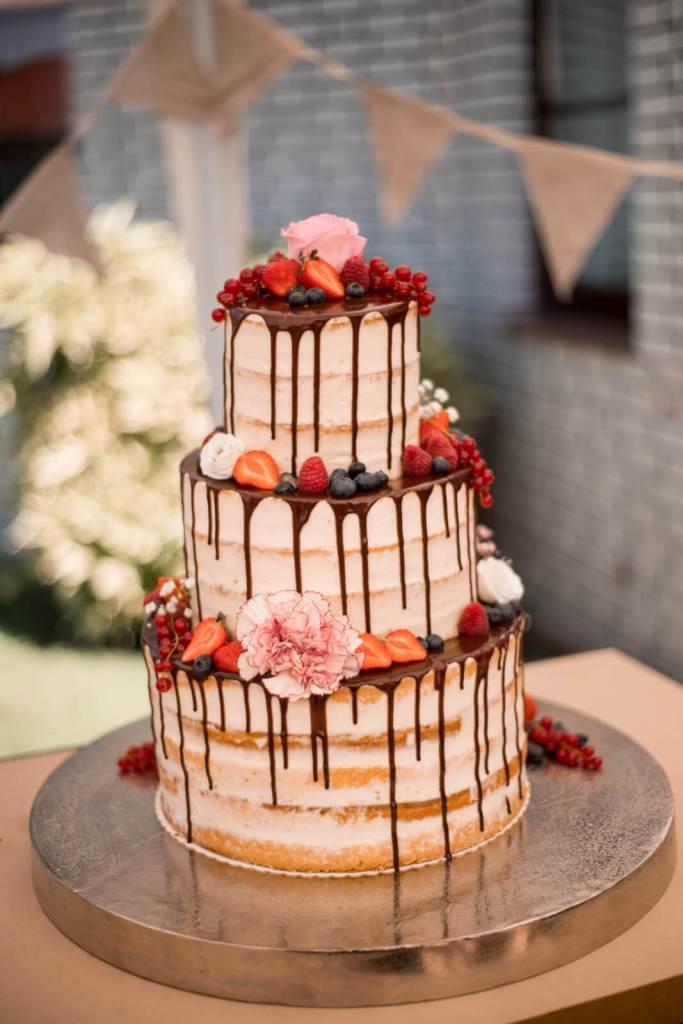 Vintage-Hochzeitstorte-mit-fliessender-Schokolade