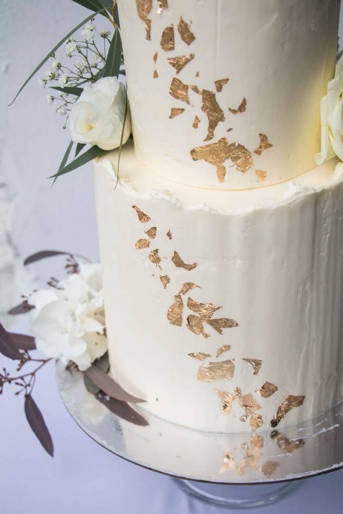 Gold-and-white-Wedding-Cake-recipe-Weiße-Hochzeitstorte-mit-blumen (2)