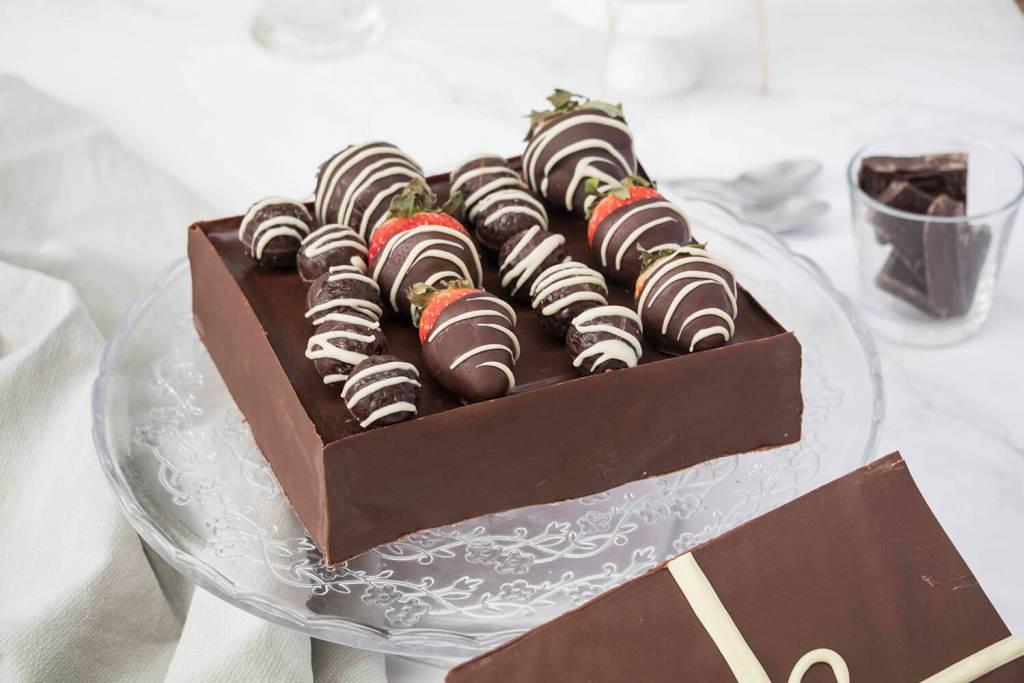 Valentines-Day-Chocolate-Box-Cake-Valentinstag-Torte-Pralinenschachtel-Torte-red-velvet-cake (1 (9)