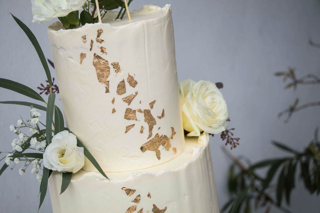 White-and-Gold-Wedding-Cake-with-Cake-Topper-Weiß-Gold-Hochzeitstorte-mit-Cake-Topper (10)