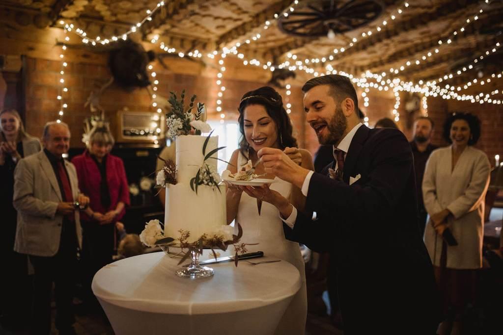 White-and-Gold-Wedding-Cake-with-Cake-Topper-Weiß-Gold-Hochzeitstorte-mit-Cake-Topper (12)