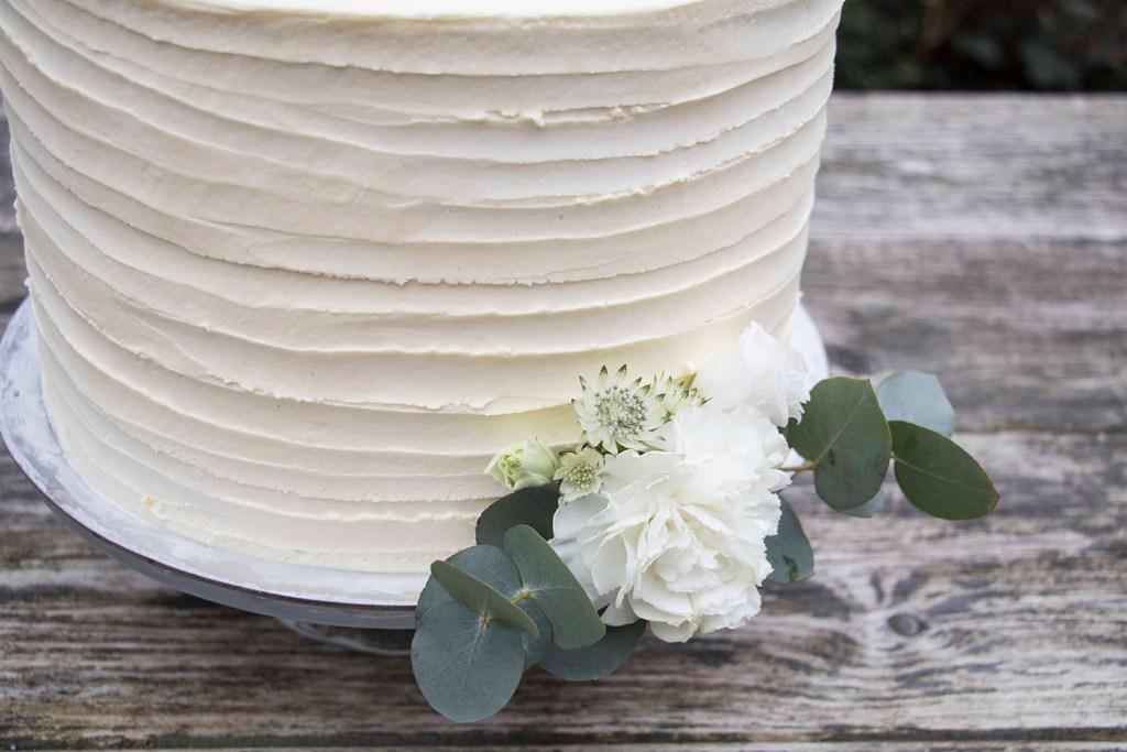 small-wedding-cake-elegant-romantic-kleine-hochzeitstorte-mit-blumen (6)_1