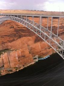 Pont métallique de 387 m de long, reliant les deux rives.