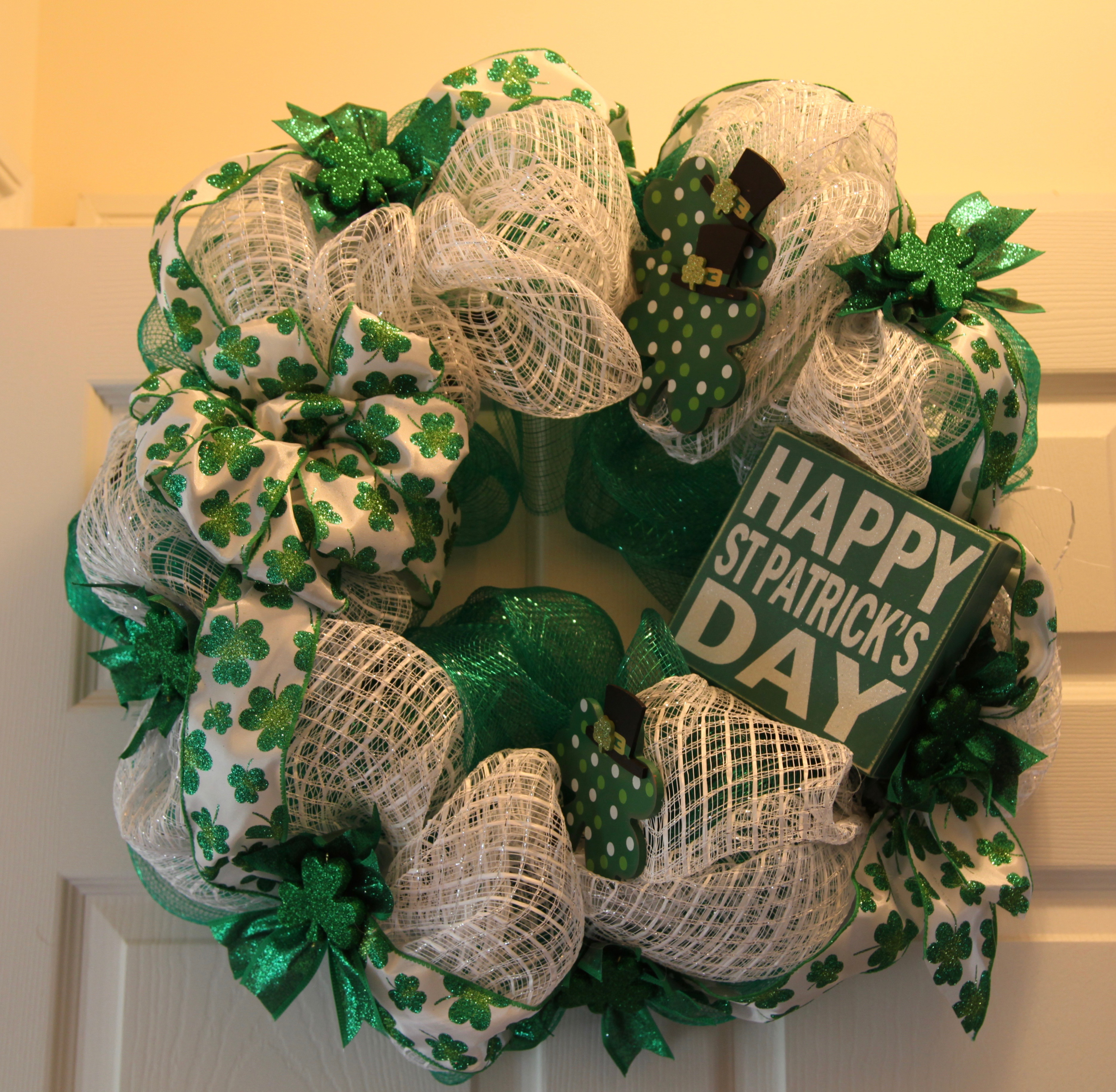 house of turquoise living room farmhouse ideas easy st. patrick's day deco mesh wreath – ⚜️ country craft ...