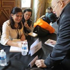 """Ourida Nekkache devant son livre : """"l'Algérie gourmande »"""
