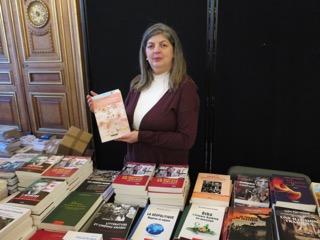 Samira BENDRIS OULEBSIR éditrice de EL IBRIZ à Alger, table des livres maghrébins en librairie