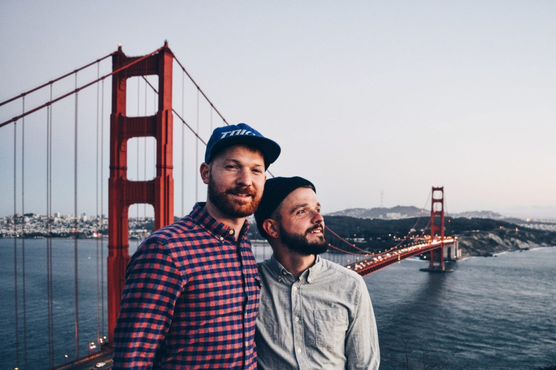 Gay Travel Blogger Karl & Daan vor der Golden Gate Bridge in San Francisco Road Trip USA Highlights American South West © CoupleofMen.com