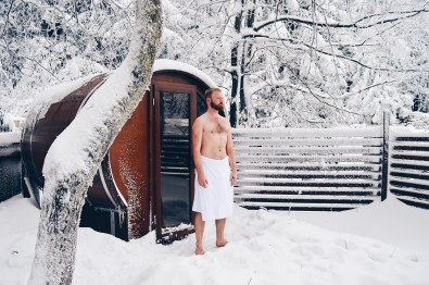 Naked Daan in fresh poweder snow to cool down after Sauna | Slumber Wine Barrel Taufsteinhütte © Coupleofmen.com