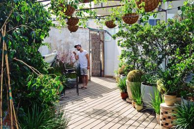 Gay-friendly Carlton Beach Tel Aviv Breakfast is served in a green oasis by the water © CoupleofMen.com