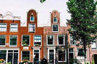 Gay Fahrradtour Amsterdam Muiden Pampus Beautiful Grachten Houses Amsterdam | Gay Couple Biking Tour Fort Island Pampus © CoupleofMen.com
