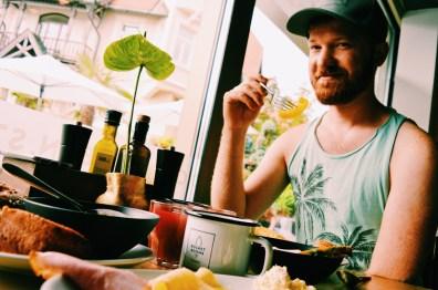 Daan having breakfast at holiday | ROCKET ROOMS Velden Wörthersee gay-friendly © CoupleofMen.com