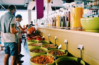 Freshly pressed juice with cereals and fruit bar | ROCKET ROOMS Velden Wörthersee gay-friendly © CoupleofMen.com
