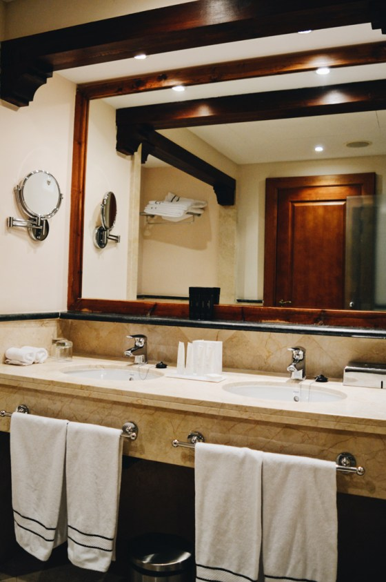Luxurious bathroom with bath and shower | The Level Meliá Villaitana Benidorm gay-friendly © CoupleofMen.com
