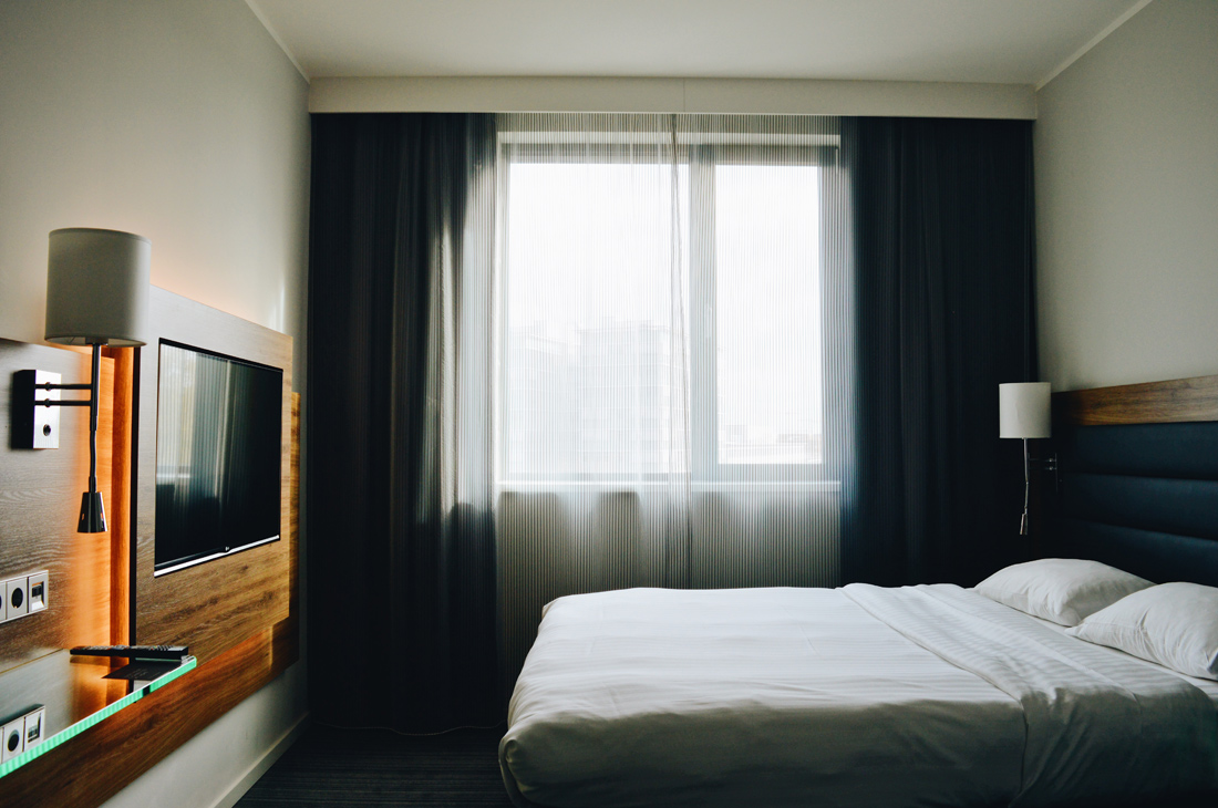 Double bed room with view of Berlin Ostbahnhof © Coupleofmen.com
