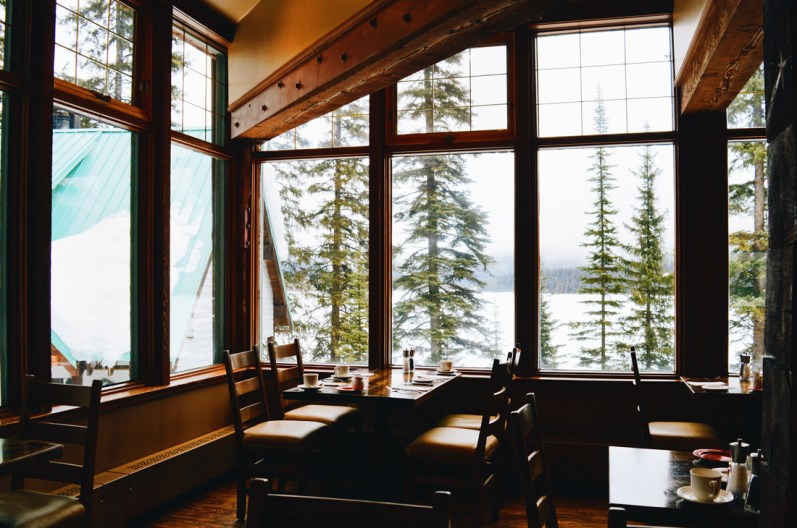 Breakfast with Lake View | Emerald Lake Lodge gay-friendly © Coupleofmen.com