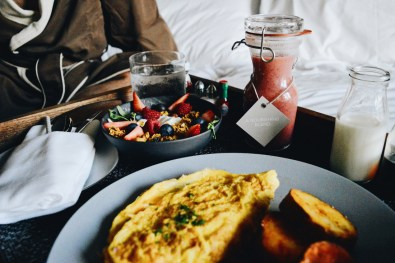 Fresh fruits, Omelett, Hashbrowns, Smoothie | The Douglas Vancouver Hotel gay-friendly © CoupleofMen.com