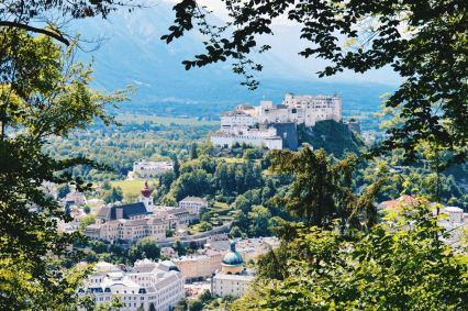Gay Städtetrip Salzburg View over Salzburg from our hike on Kapuzinerberg | Travel Salzburg Gay Couple City Trip © coupleofmen.com