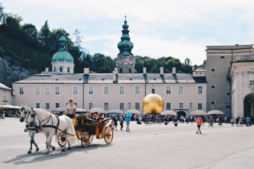 Gay Städtetrip Salzburg A horse-drawn carriage at square Kapitelplatz | Travel Salzburg Gay Couple City Trip © coupleofmen.com