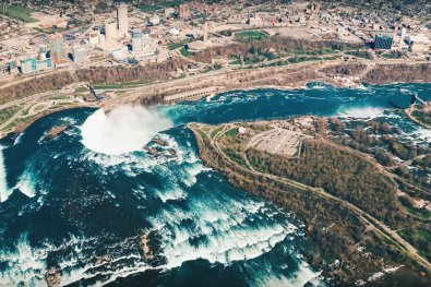 Abenteuer Niagara Fälle Kanada Stunning view of the Niagara Falls and Niagara River from the Helicopter | Must Do's Niagara Falls Canada © Coupleofmen.com