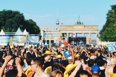 Party mile with stunning background of the Brandenburg Gate and the TV tower at Alexanderplatz | CSD Berlin Gay Pride 2018 © Coupleofmen.com
