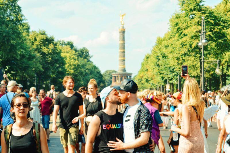 Gay Germany Travel Guide Gay Pride Calendar Germany 2019 Gay Kiss - of a Couple of Men | CSD Berlin Gay Pride 2018 © Coupleofmen.com
