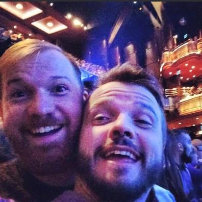 Two happy Musical Fans | Kurztrip London Tipps Tricks © Coupleofmen.com