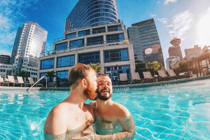 Gay Reiseblogger Gay Travel Blogger Whistler Pride Ski Festival Whistler Pride Gay Skiwoche A Gay Kiss in the Rooftop Pool of the Fairmont Waterfront after Whistler Pride and Ski Festival 2019 © Coupleofmen.com