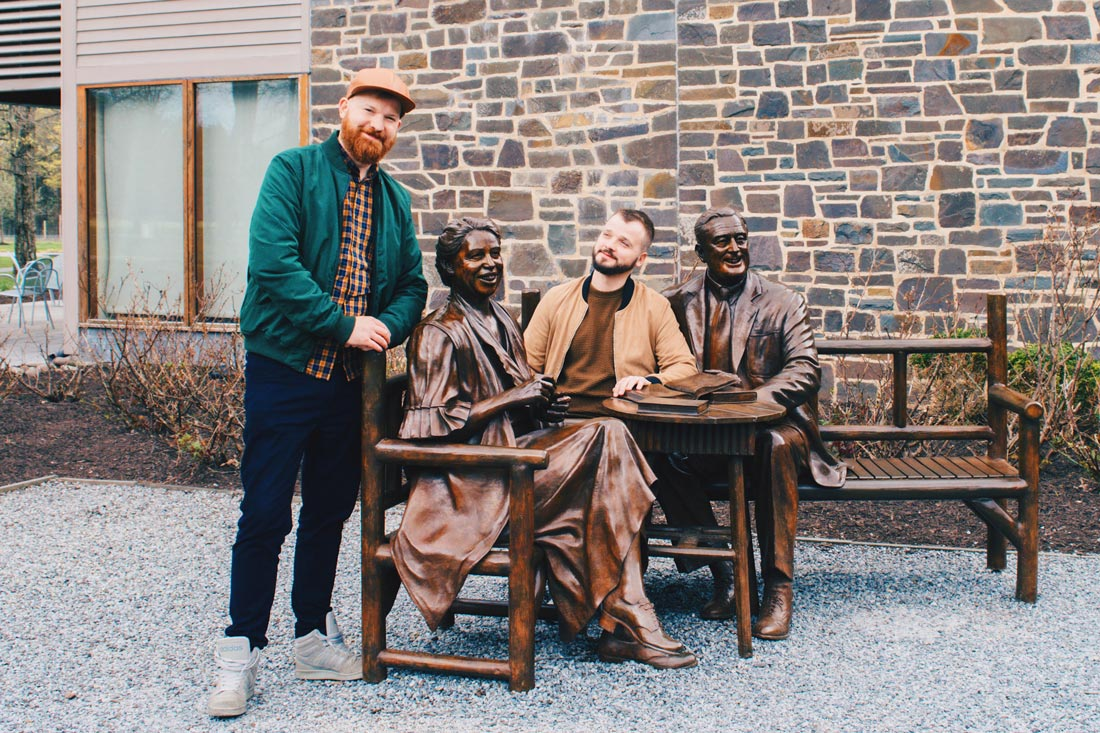 Gay Reise Dutchess County Gay Travel Dutchess County Selfie with Eleanor and Franklin D. Roosevelt (FDR) in front of the Museum © Coupleofmen.com