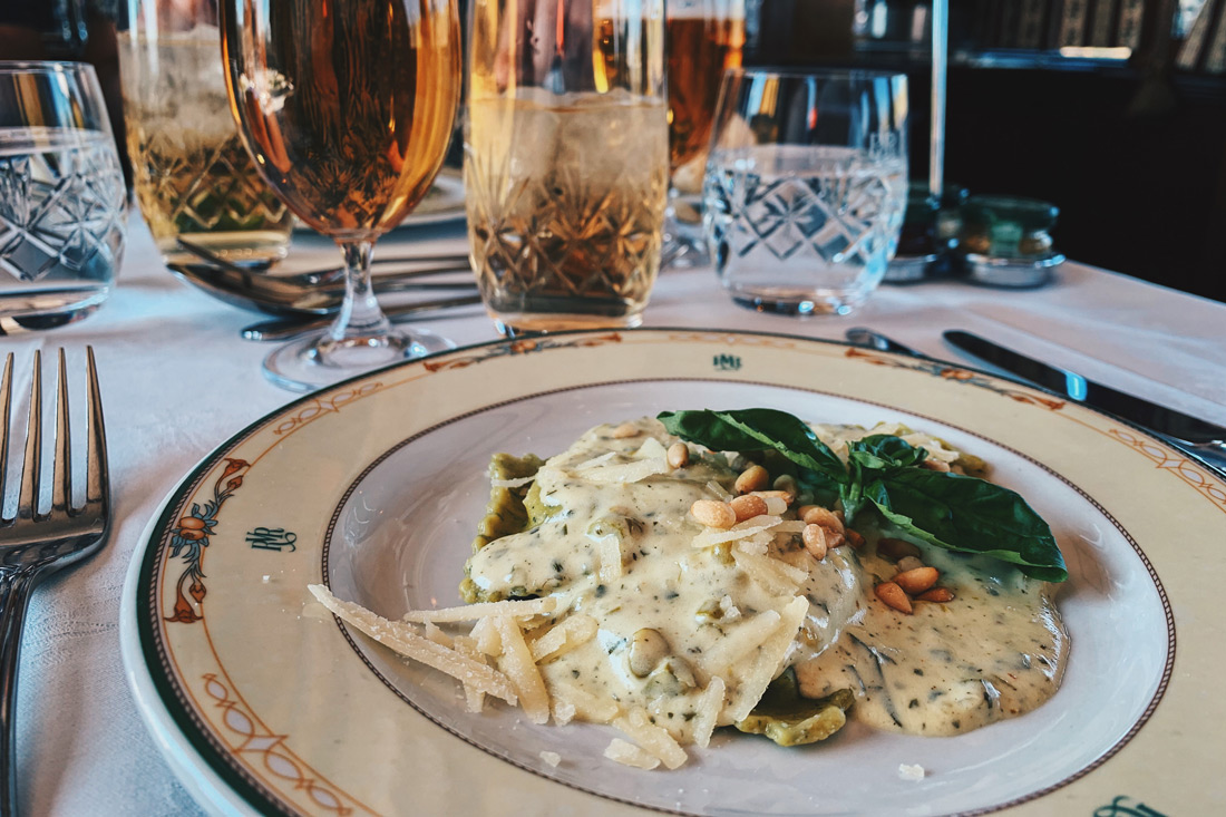 For lunch: 3-course menu and for dinner a 5-course menu © Coupleofmen.com