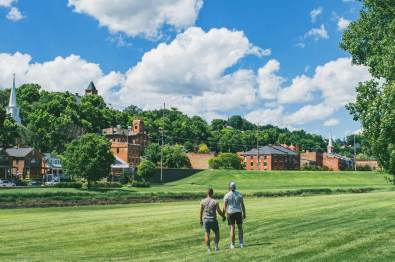 Galena Illinois Road Trip Hand-in-Hand am Galena Fluss mit Blick auf den Galena Historic District © Coupleofmen.com